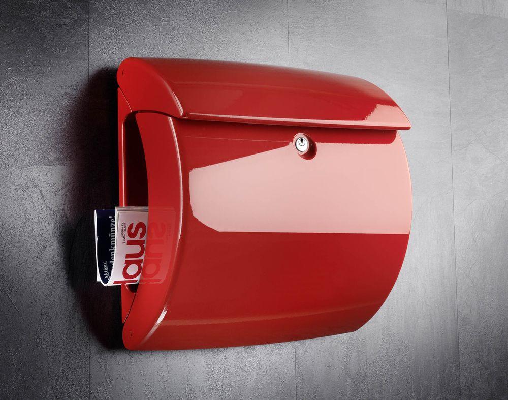 červená poštovní schránka Piano na stěně